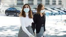 Dina Bousselham (izquierda) a su llegada el dia 18 a la Audiencia Nacional