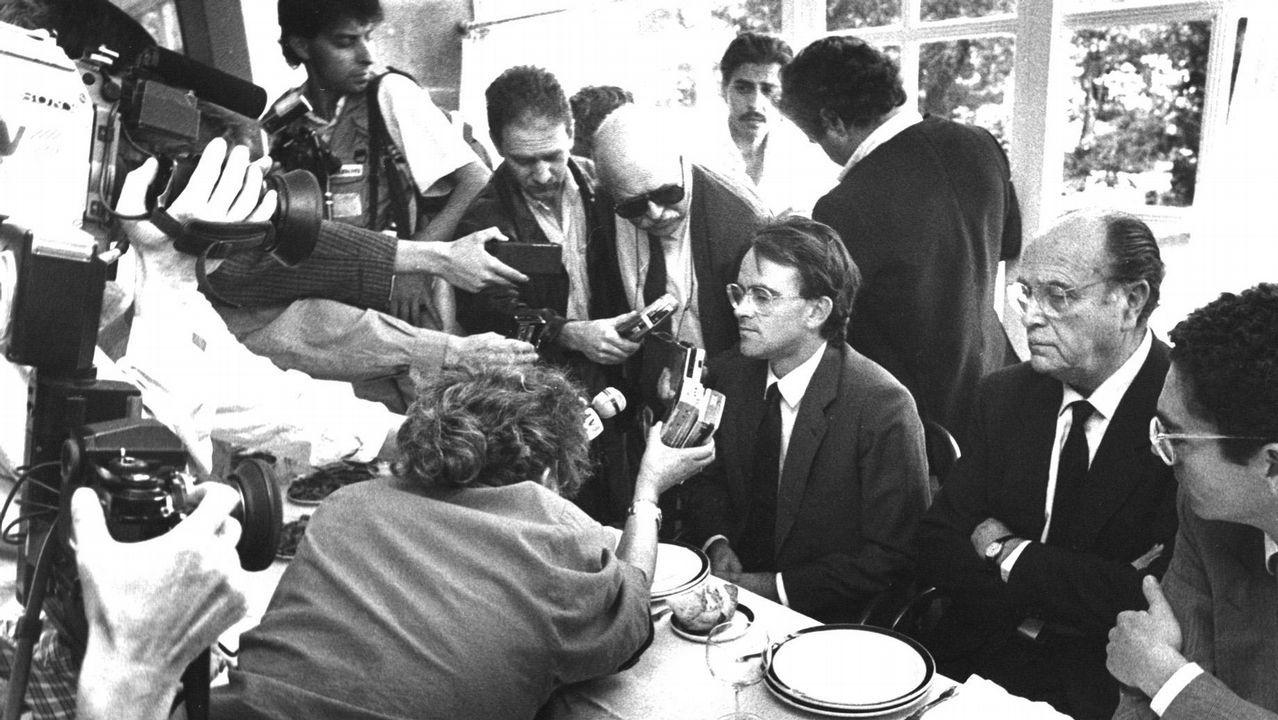 Entrevista de los medios de comunicación a Antonio Hernández Mancha como candidato de Alianza Popular a la presidencia del Gobierno tras la presentación de la moción de censura al presidente de la Xunta de Galicia Gerardo Fernández Albor en 1987