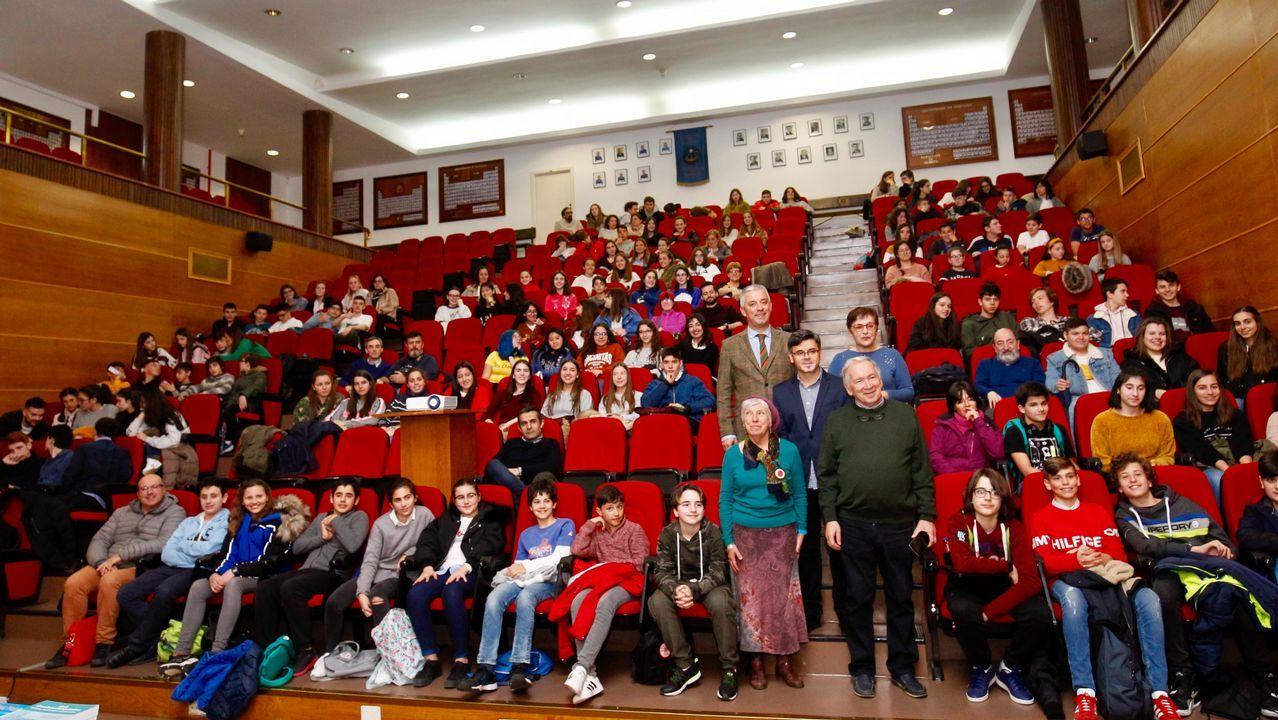 Tres alumnos de Primaria corrigen faltas ortográficas de carteles de Ourense.Alumnos en formación en la Antonio de Escaño