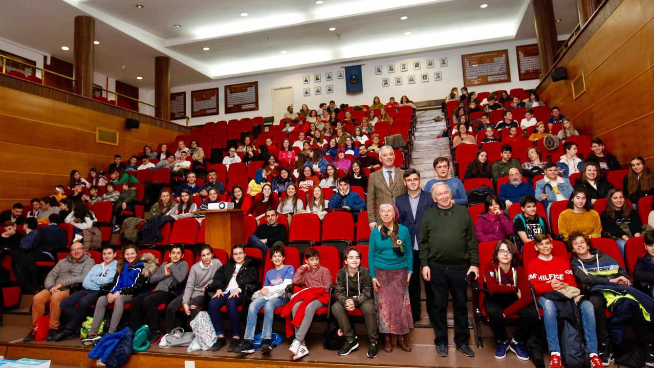 Tres alumnos de Primaria corrigen faltas ortográficas de carteles de Ourense