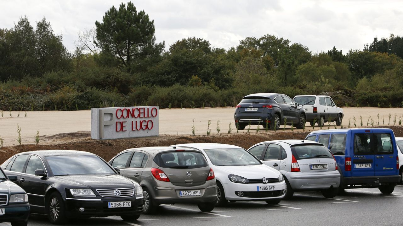 Minuto de silencio en el Hula por los sanitarios fallecidos durante la crisis del coronavirus.Parking del HULA