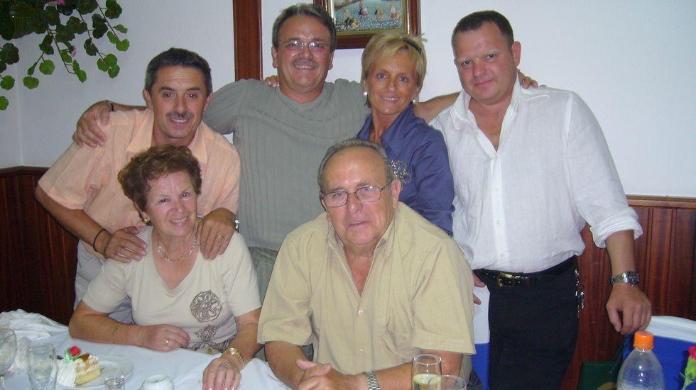 La familia al completo. Victoria Lobagueira y Francisco Rodríguez posan acompañados por sus cuatro hijos, Ventura (fallecido en abril), Kiko, Marilina y Moncho; en una fotografía para el recuerdo, tomada cuando la pareja celebró sus bodas de oro rodeada de sus seres queridos. cedida