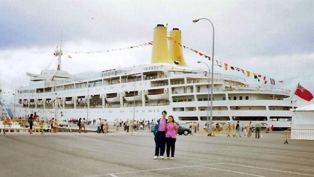 Revisan a flote la obra viva de un buque de 100 metros de eslora en el puerto de A Coruña.Imagen de archivo de una descarga de sardina en el puerto de A Coruña