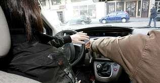 Una alumna de autoescuela, preparándose para el examen de conducir