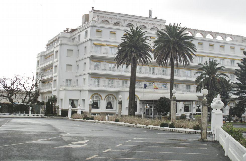 El aparcamiento del Gran Hotel estaba ayer desierto y solo se veía a operarios trabajando en el jardín.