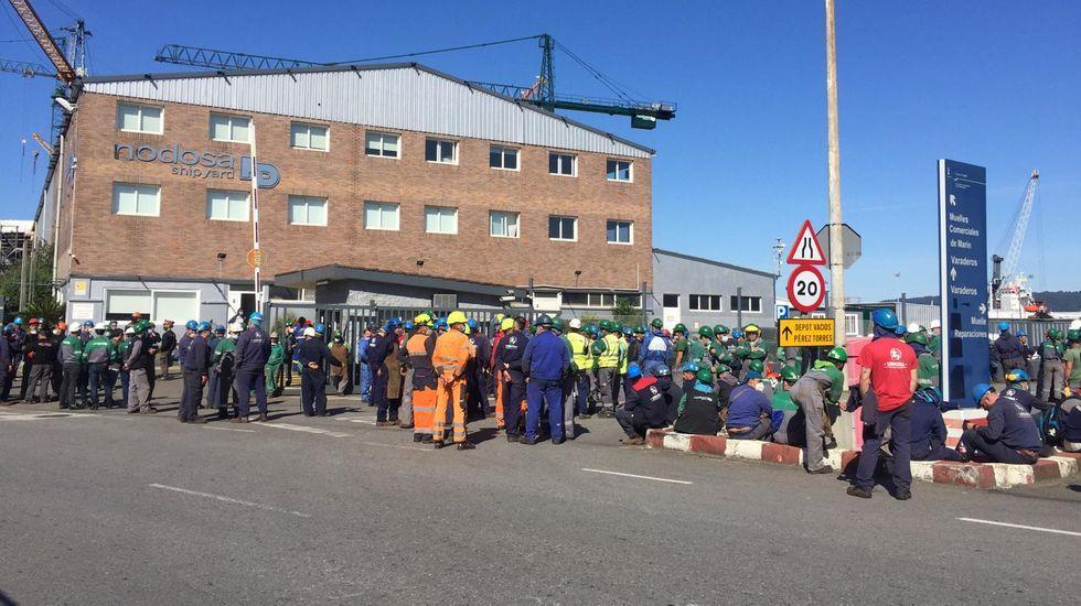 Manifestación del naval tras la muerte de un compañero en Vigo.Minuto de silencio delante de Nodosa Shipyard, en Marín