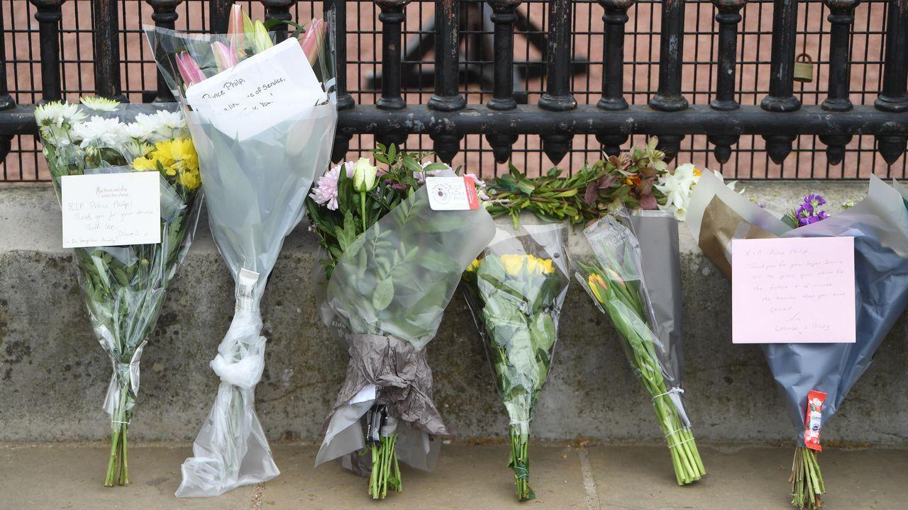 Flores y mensajes de condolencia hoy en el exterior del Palacio de Buckingham tras el fallecimiento del príncipe Felipe, duque de Edimburgo