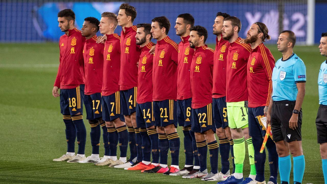 Fernando Vázquez: «<span lang= gl >Hai grandes xogadores, e hai grandes entrenadores en tódolos equipos de Segunda B</span>».De izquierda a derecha, Hagi, Rubén de la Barrera y Popescu en la presentación del entrenador.