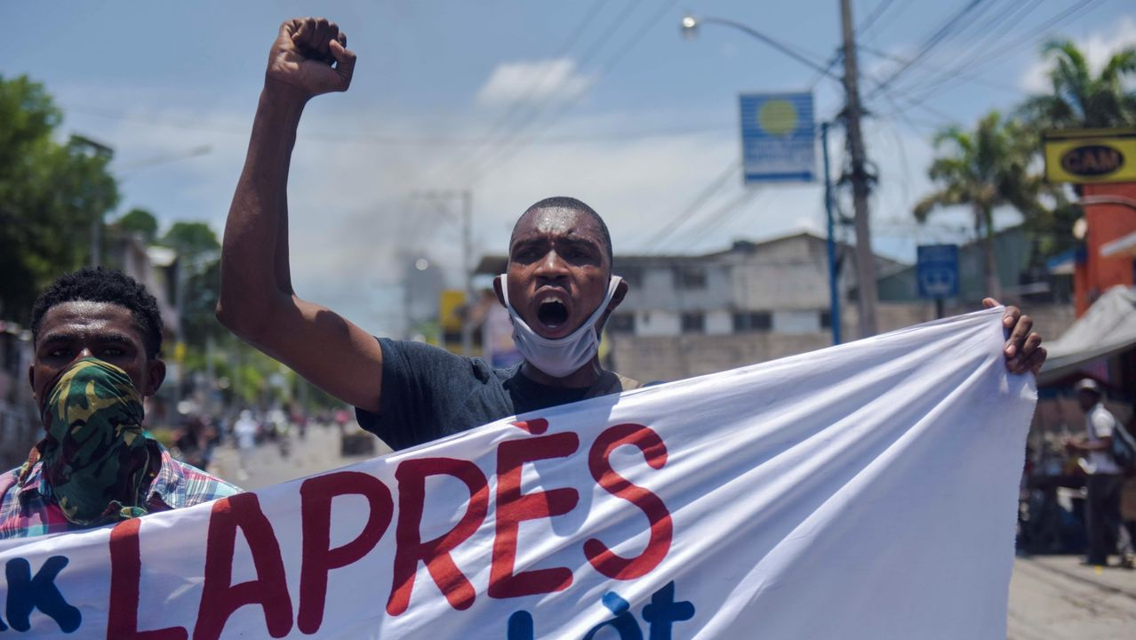 Un grupo de policías haitianos se manifiesta este domingo para exigir la liberación de un agente de policía detenido, mejores condiciones de trabajo y otras reivindicaciones, en Puerto Príncipe