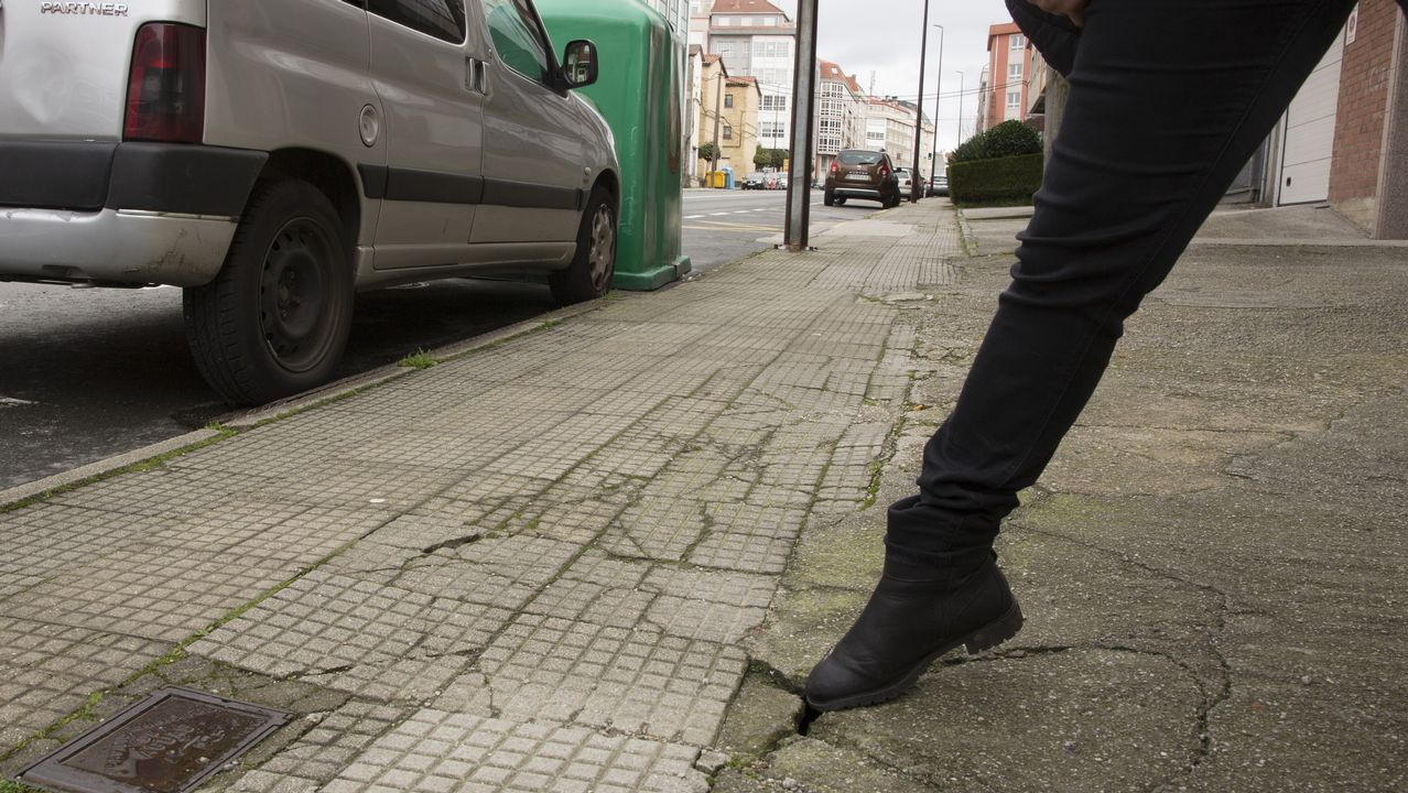 Sonia Muñoz: «Enganaba aos meus fillos, polo alcol roubeilles cartos e mentinlles moito».Deficiencia en una acera situada en la calle Vázquez de Parga de Carballo, en pleno centro urbano.