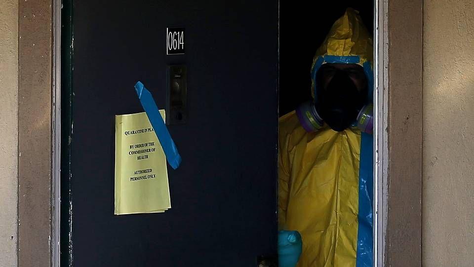 Así es el protocolo ante un caso de ébola.Personal desinfecta el apartamento donde vivía el paciente con ébola de Estados Unidos