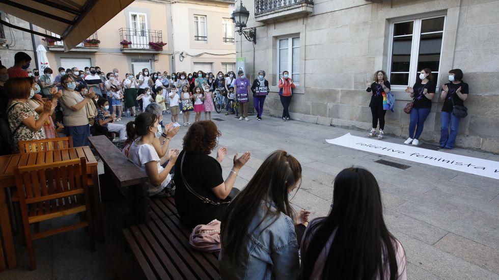 Más de 200 vecinos se concentran a las puertas del ayuntamiento de Sarria