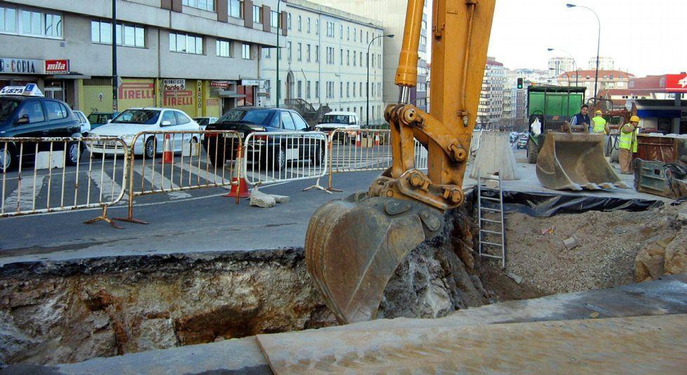 La autopista que nunca está de rebajas.Obras antiguas de alcantarillado en la calle Gregorio Hernández.