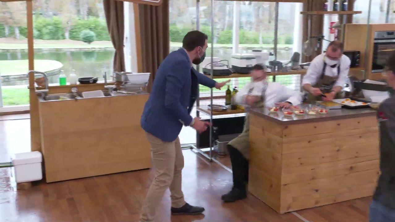 Momento no que Manu Moure, reposteiro da Terra de Lemos, escorrega no minuto final do programa   Come a comarca , o momento de máxima tensión nos fogóns
