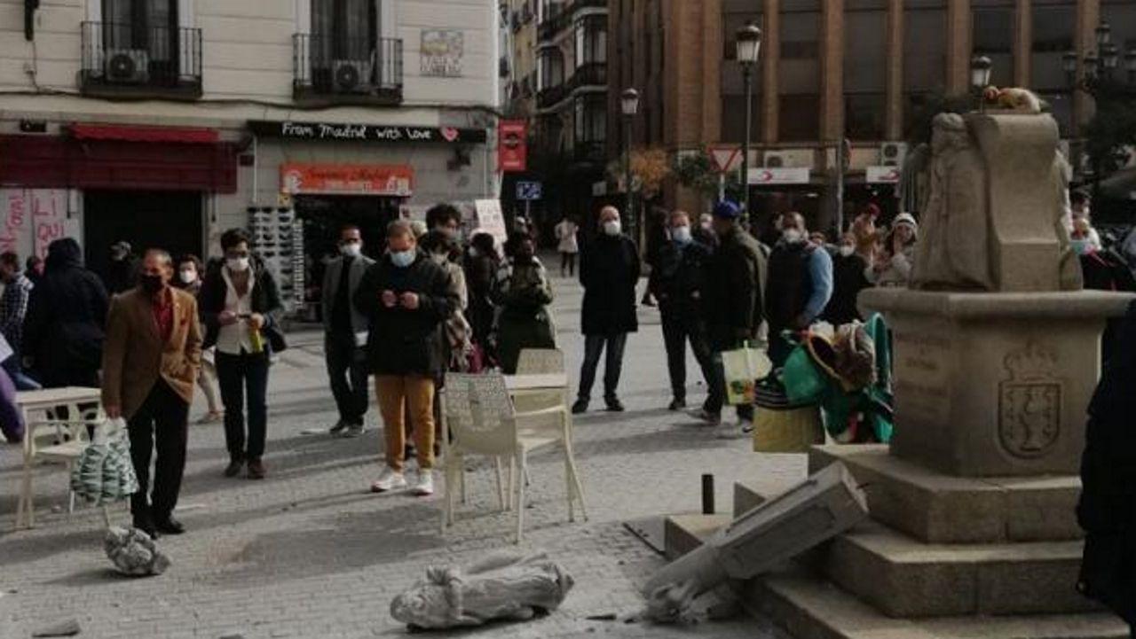 Cifuentes niega haber pedido que falsificaran las actas de su máster.Cruceiro destruido, en la plaza madrileña de Jacinto Benavente