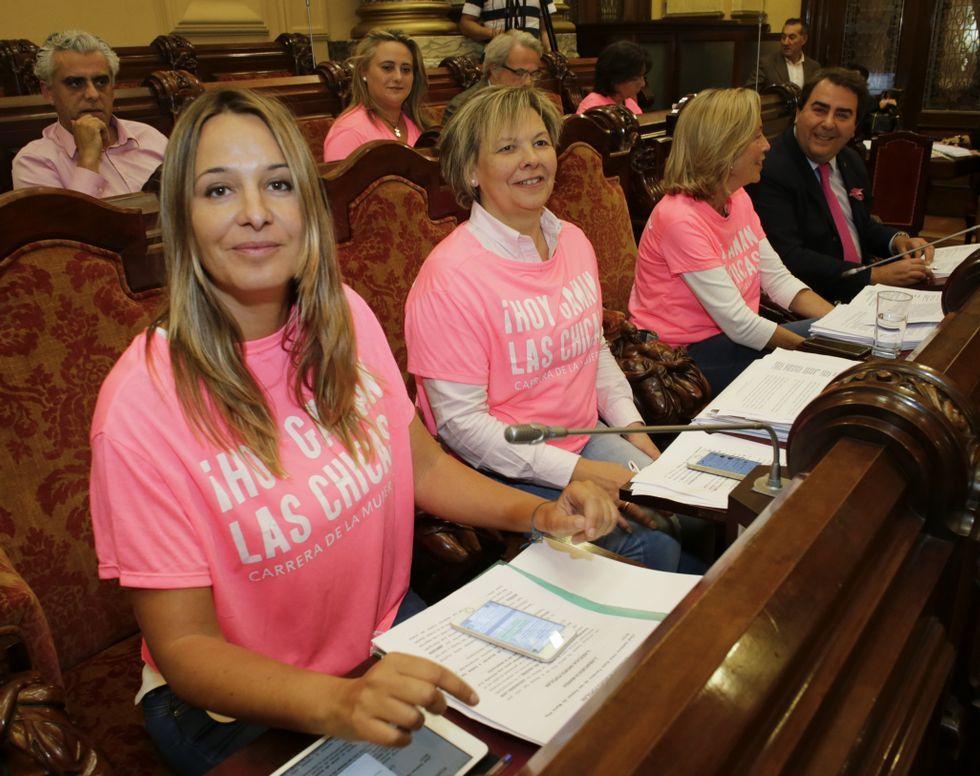 Los concejales del PP vistieron de rosa, en apoyo a la Carrera de la Mujer.