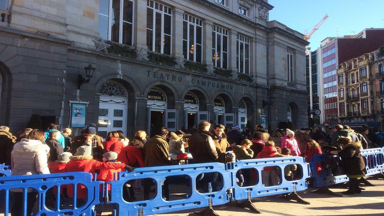 Asturias da la bienvenida a los Reyes Magos con un espectacular amanecerescarchado.Colas de ovetenses en los accesos al Teatro Campoamor para la recepción de los ayudantes de los Reyes Magos