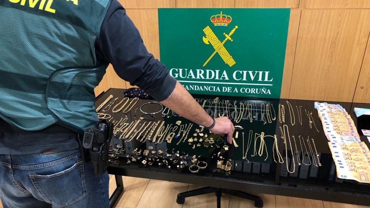 Imagen de las joyas que recuperó la Guardia Civil y el dinero en efectivo incautado