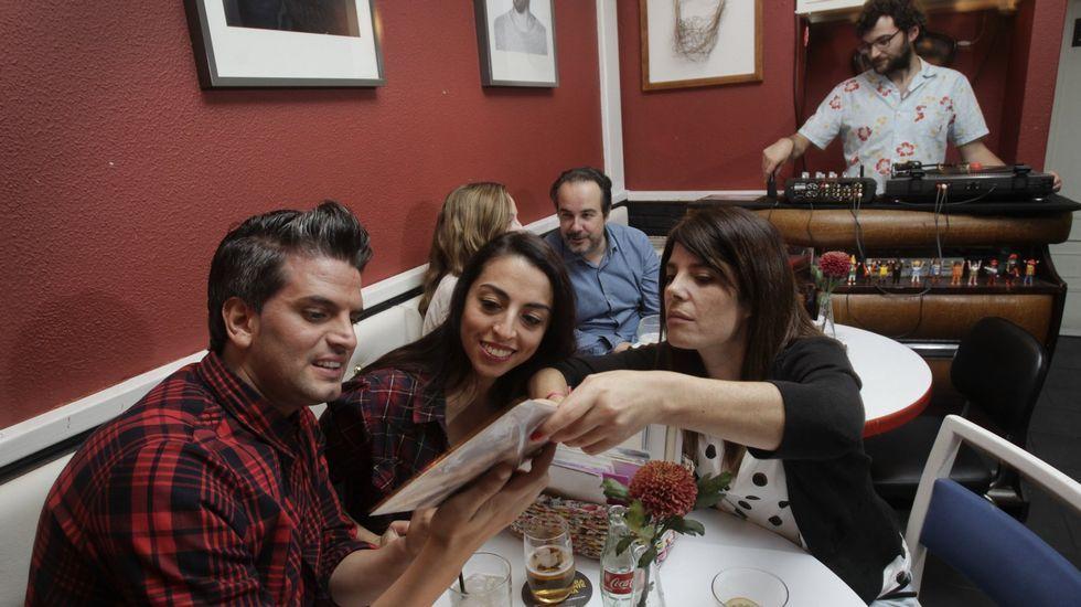 La Voz celebra sus 50 años en Príncipe.Ambiente en la Barbería en una cena con pinchadiscos