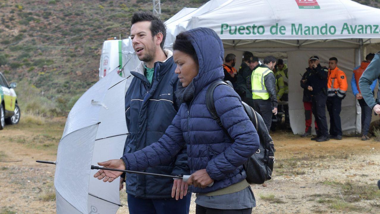 Imagen de archivo de Ana Julia Quezada con el padre de Gabriel durante la búsqueda del menor
