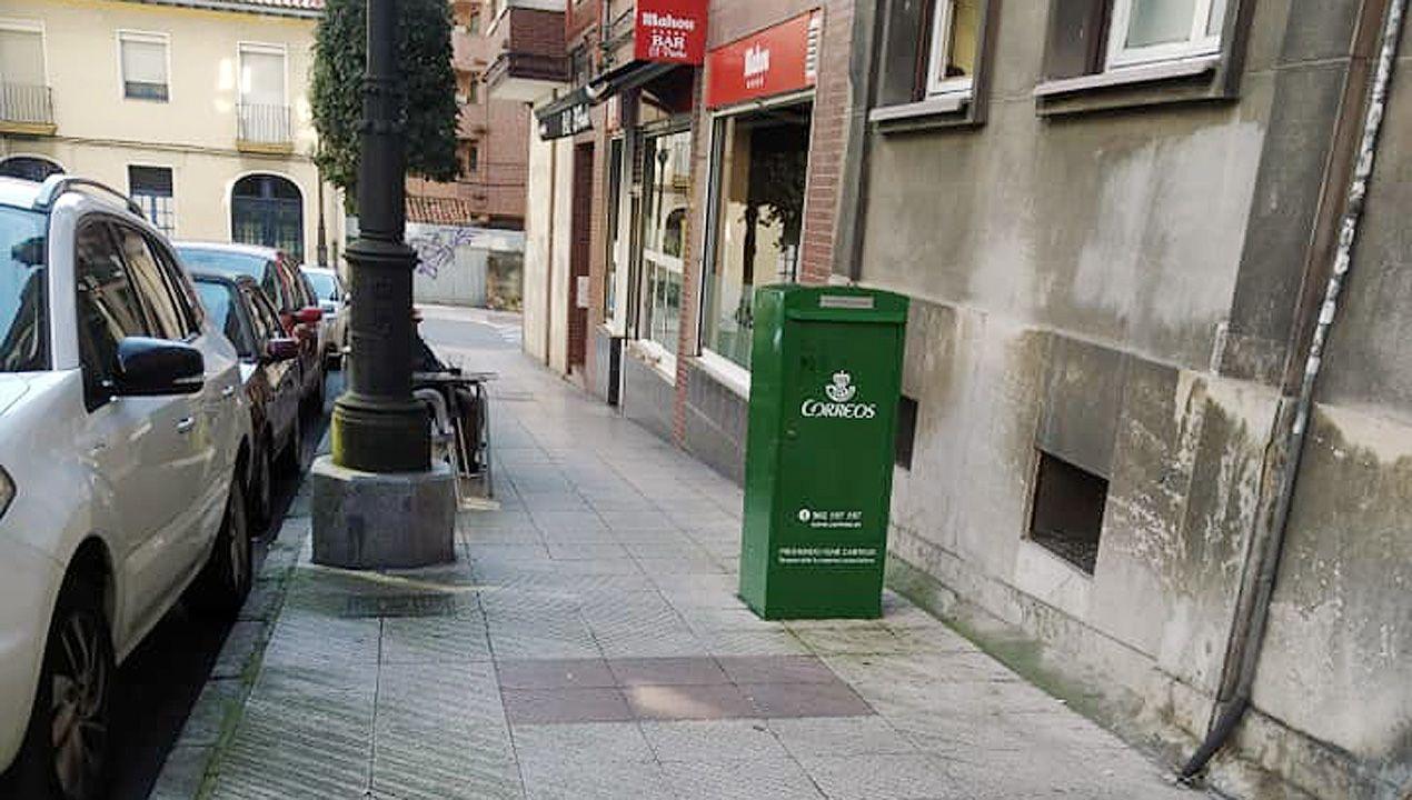 Buzón de servicio interno de Correos en una acera del barrio de Teatinos