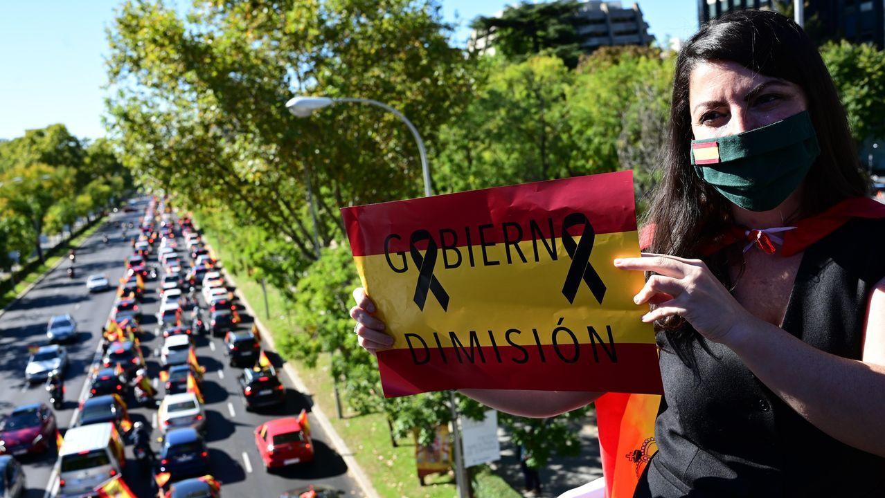 La diputada de Vox Macarena Olona en el Paseo de la Castellana, tras la convocatoria realizada por su partido para que la ciudadanía slaga en sus coches con la banderas de España