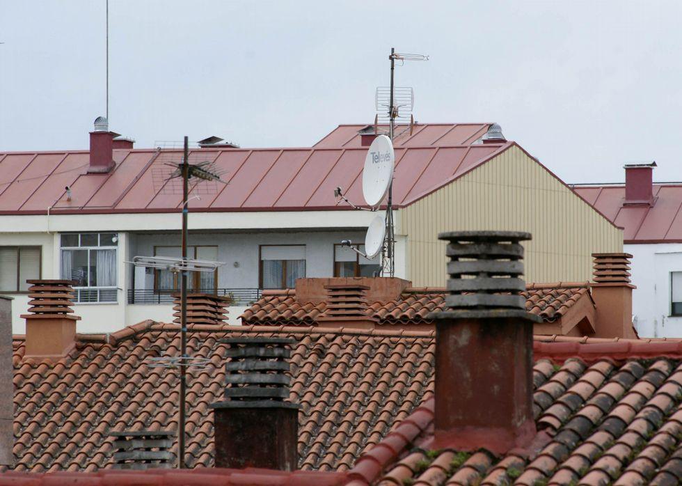 Imagen de antenas colocadas en tejados del centro de la capital ourensana.
