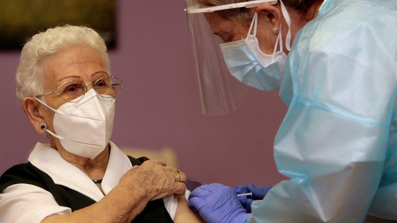 Araceli, de 96 años, recibe la vacuna contra la Covid-19