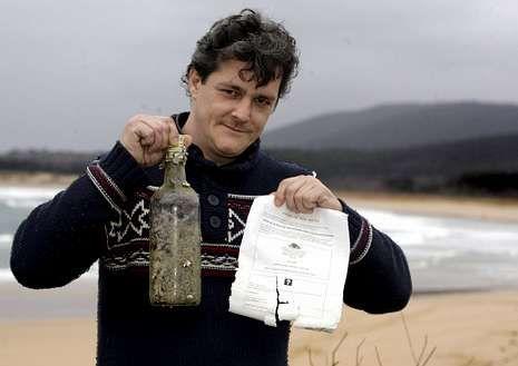 Ángel Díaz, con la botella que encontró en la playa de Ferrol.
