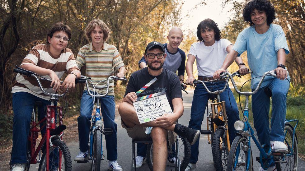 Las fotos de la romería 2002 en el Monte Faro.Dani de la Torre, con los cinco jóvenes protagonistas de su nueva película