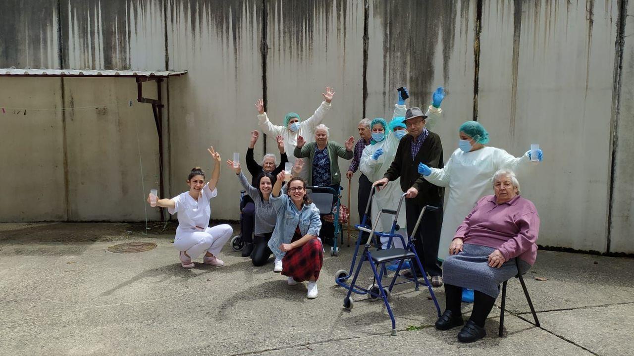Un grupo de trabajadores y mayores de la residencia de Taboada celebran la noticia de las altas