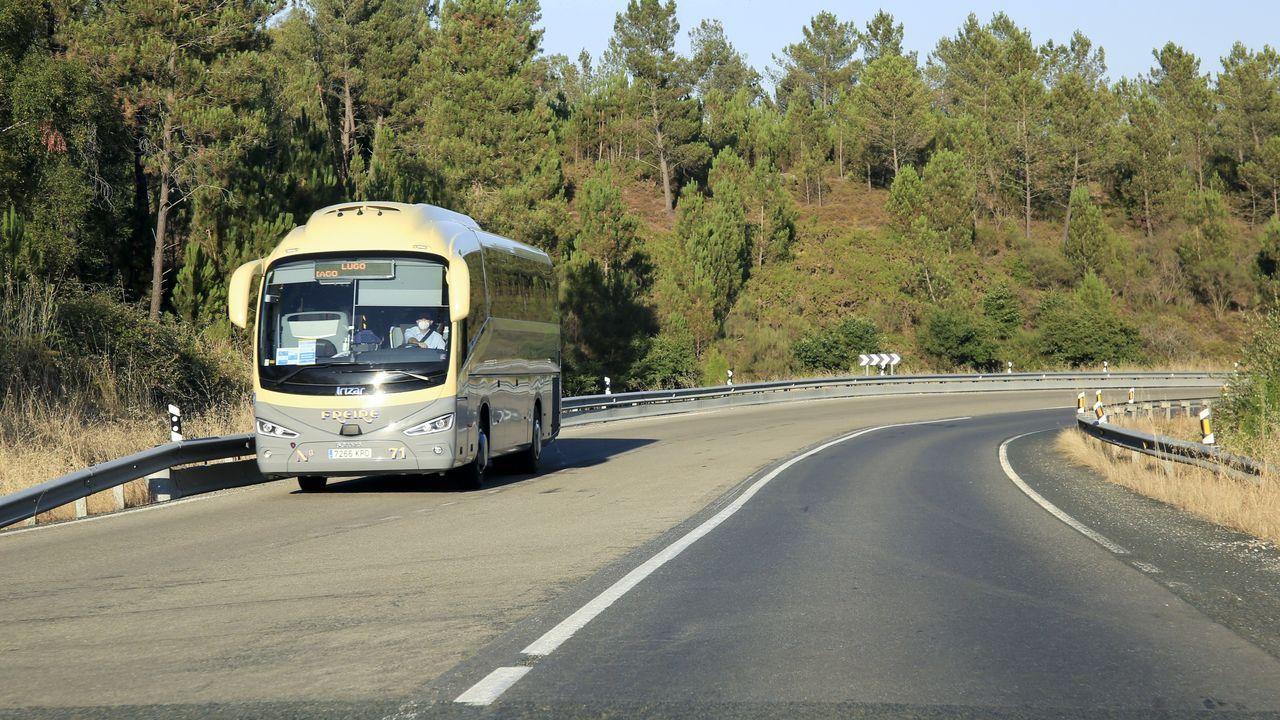 Móvete con Araceli.Un autocar de la Empresa Freire, circulando por la N-547