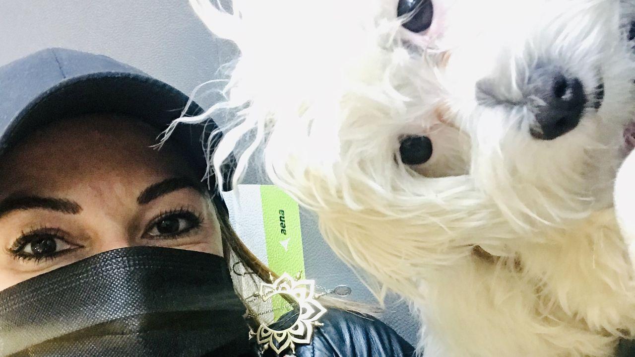 Teresa viajó con su perra y, por ello, no le permitieron subir al avión con un bolso al considerar el trasportín como un bulto