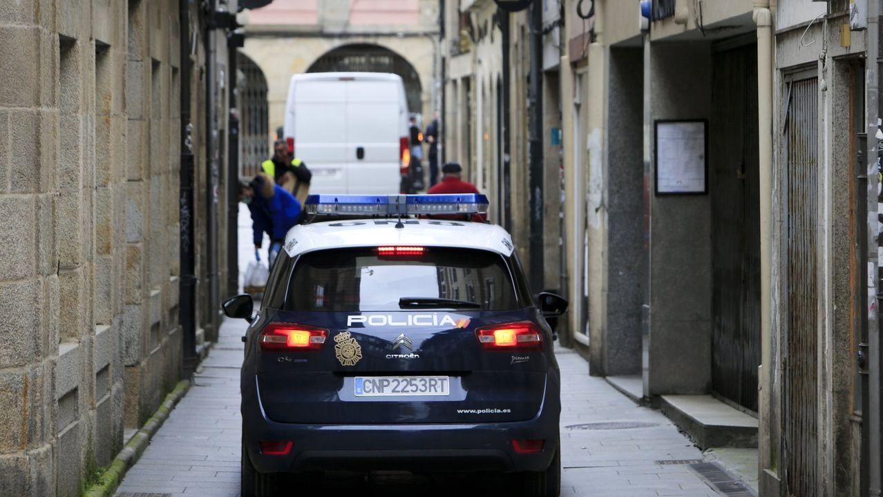 Así se abordó el remolcador que llevaba 15 toneladas de hachís.Coche de la Policía Local patrullando por el centro de Lugo