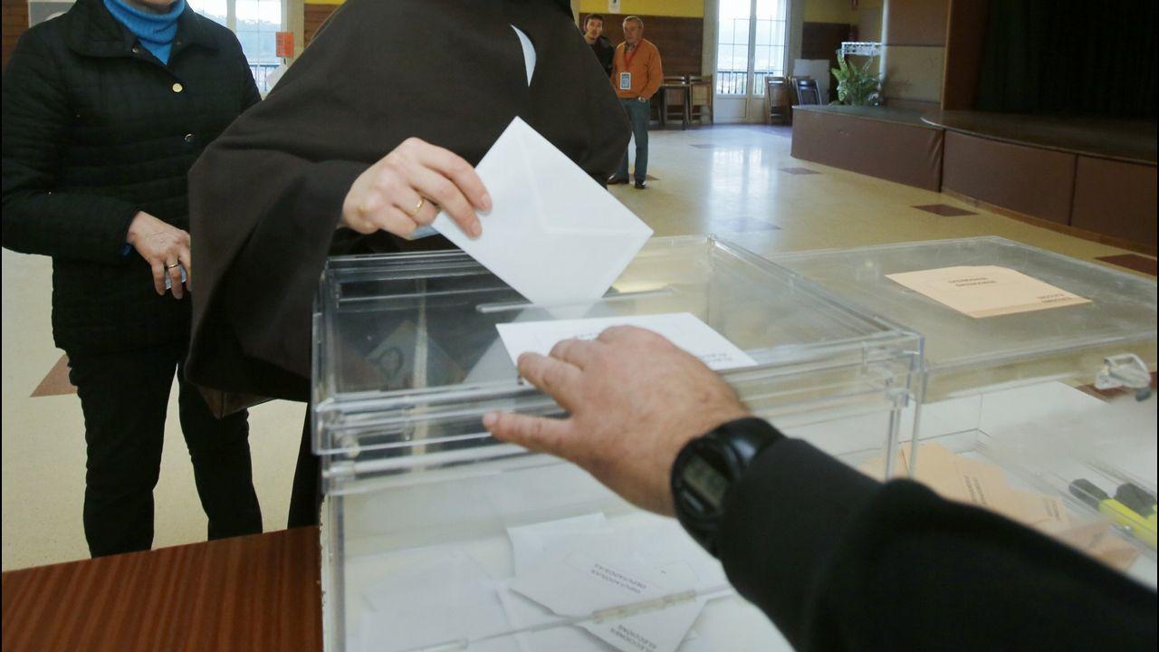 Una monja votando en las elecciones del 2015