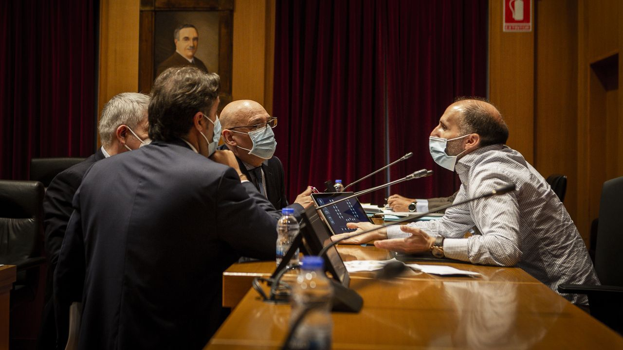 Miembros de Democracia Ourensana y PP, hablando antes del comenzar el pleno