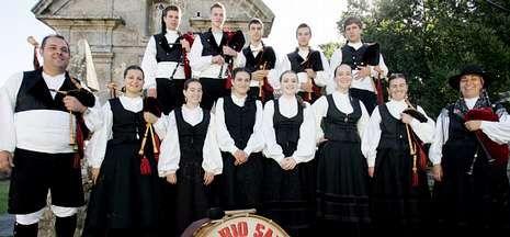 La Hora del Planeta 2013.La Peregrina celebra estos días sus fiestas y ayer actuó para amenizarlas el grupo Río Sarela.