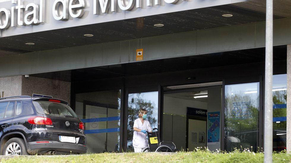Policias, bomberos y guardias civiles de Monforte acuden a la entrada del hospital comarcal para participar en el aplauso a los sanitarios que teabajan durante la crisis del coronavirus.Una enfermera con mascarilla, en el exterior del hospital comarcal de Monforte