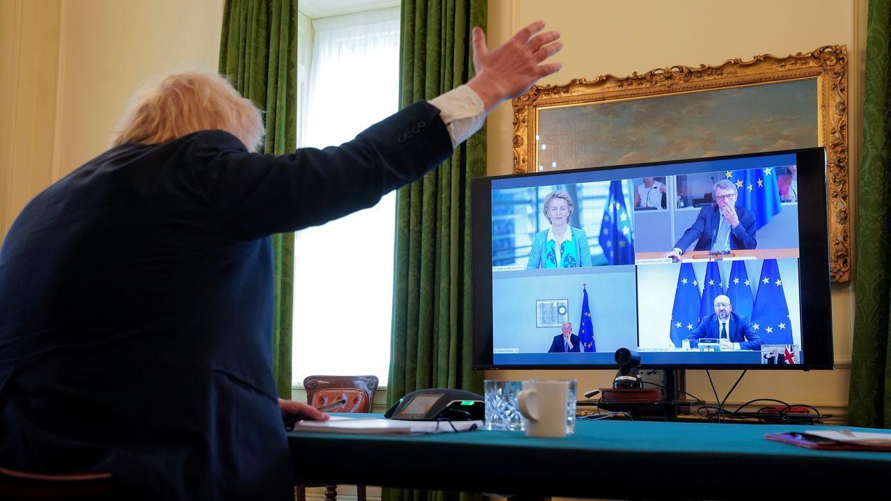 Boris Johnson gesticula durante la videollamada con Bruselas