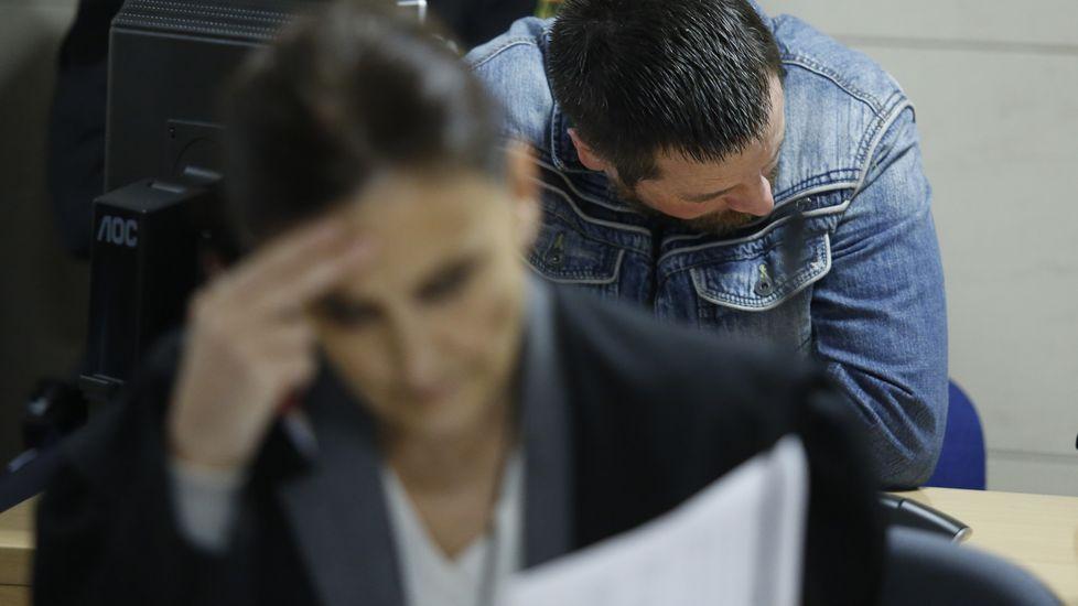 En primer plano María Fernanda Álvarez, abogada de Enrique Abuín, que está justo detras de ella. Afrontó críticas por defender al que el jurado acabó considerando culpable del asesinato de Diana Quer. En la última jornada de juicio dijo al jurado: «Denfendí a José Enrique como me gustaría que me defendiesen a mí»