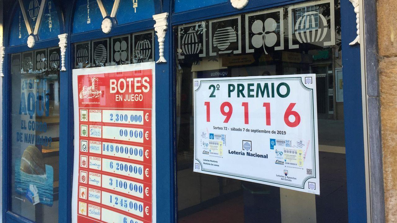 Un domingo lleno de romerías en Chantada, Quiroga y Sober.El anuncio del premio se muestra en el escaparate de la administración de lotería número 2, en la calle Cardenal