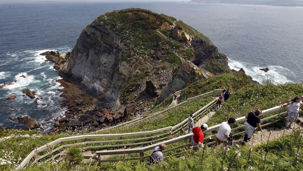 Las visitas se limitan en la pasarela que bordea acantilados y conduce a Fuciño do Porco