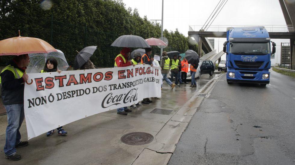 Transportistas gallegos de Coca-Cola, ante un camión de Sesé en la entrada de Begano.