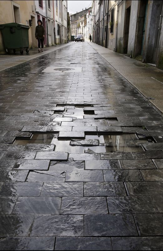 Rúa Espíritu Santo. Los vecinos advirtieron en el 2009 que el pavimento elegido no era adecuado para el paso de vehículos. El tiempo les dio la razón.