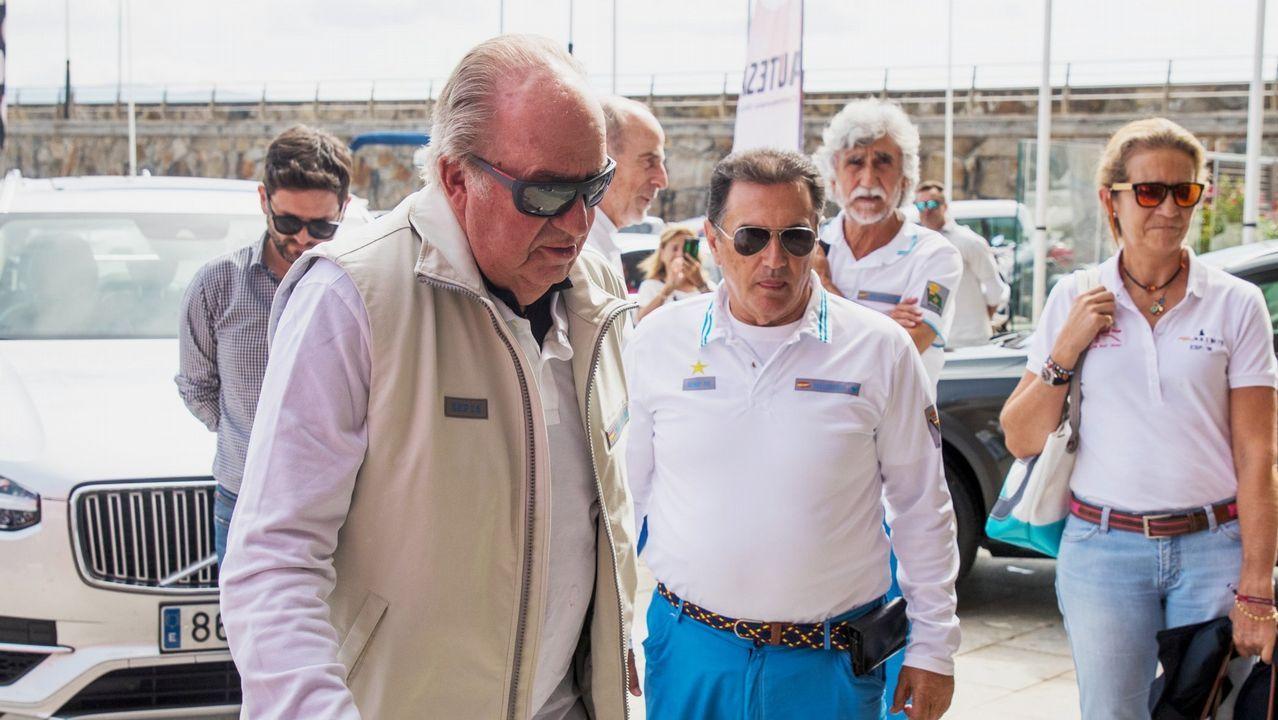 El Rey con los cuatro expresidentes de la democracia.El rey emérito se ha convertido en un habitual en las regatas de Sanxenxo