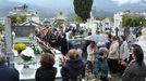 Visitantes en la festividad de Santos -en imagen de archivo- en el cementerio de Quiroga, que pertenece a la parroquia y ya no dispone de espacio, por lo que el Ayuntamiento proyecta construir otro que será de titularidad municipal