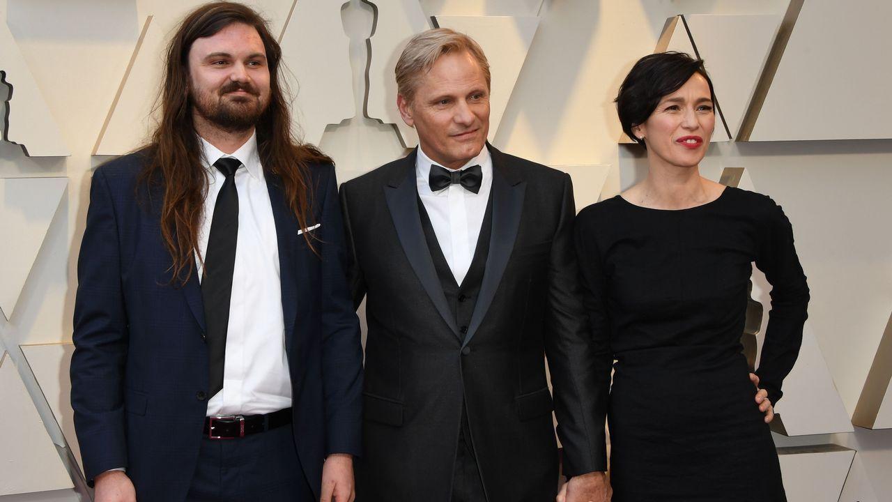 Viggo Mortensen, con su hijo Henry y su pareja Ariadna Gil .Sam Rockwell, nominado en la categoría de actor de reparto por  El vicio del poder , y la actriz Leslie Bibb