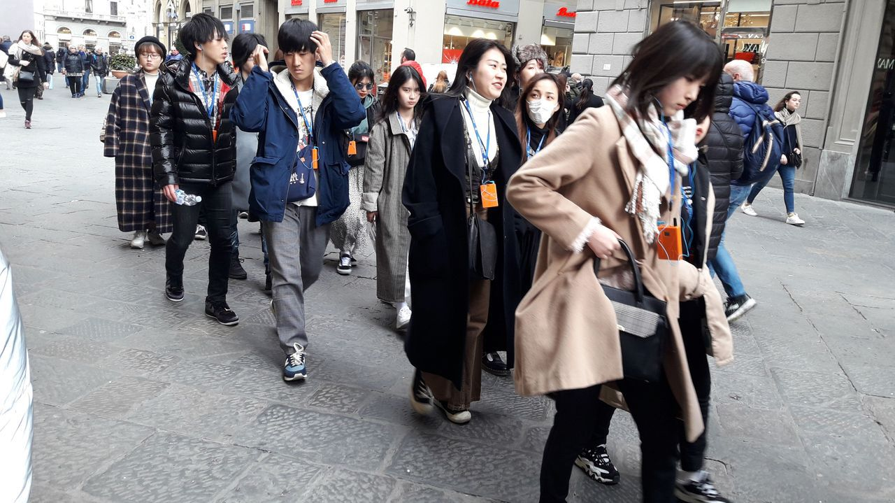Turistas asiaticos en Florencia. Muy pocos llevaban mascarilla.