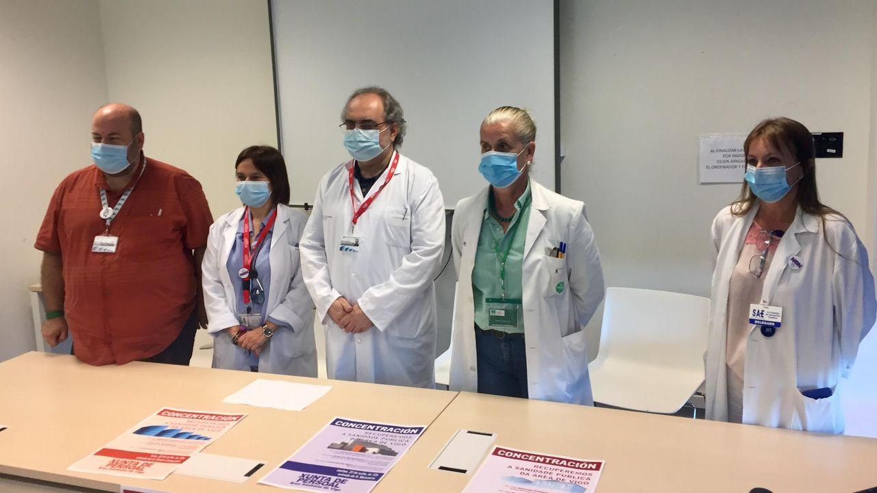 Protesta ante el Cunqueiro en defensa de la sanidad pública.Cándido Granada protestó ayer en el Cunqueiro