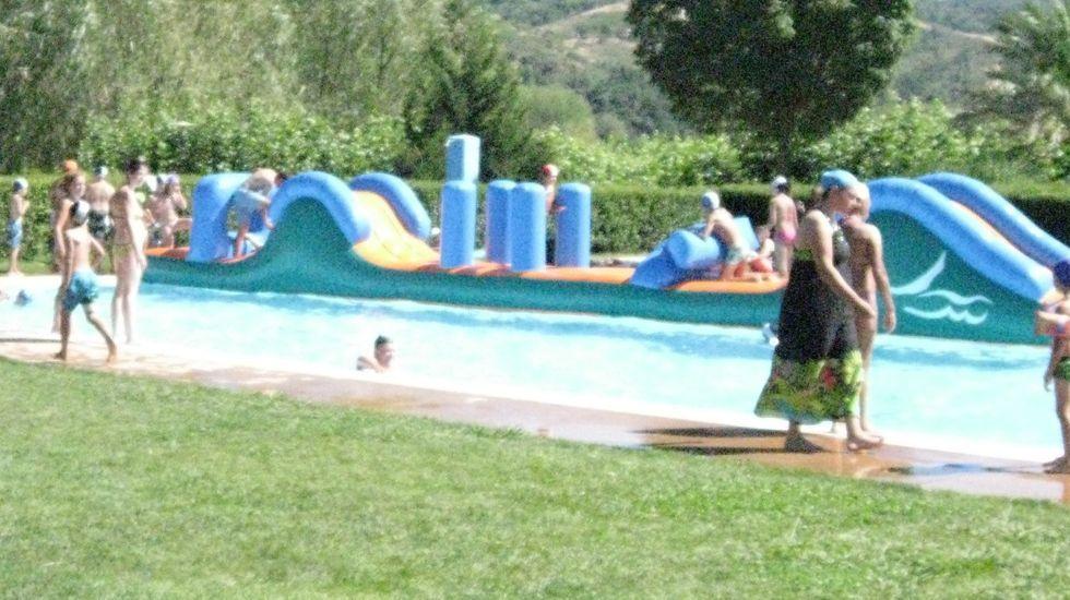 Foto de archivo de hinchables en la piscina de A Rúa